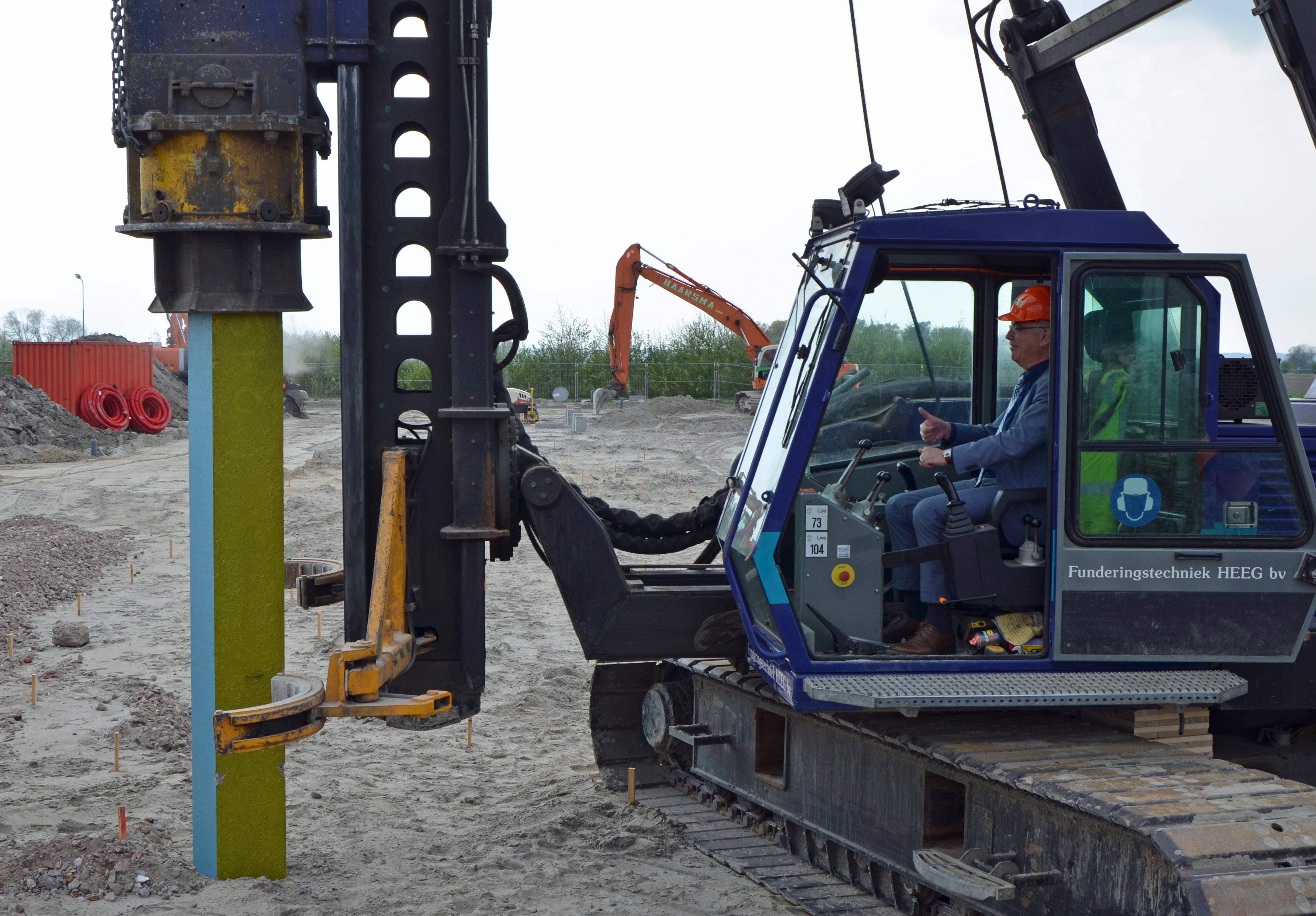 Wethouder Fintelman slaat eerste paal Milieustraat